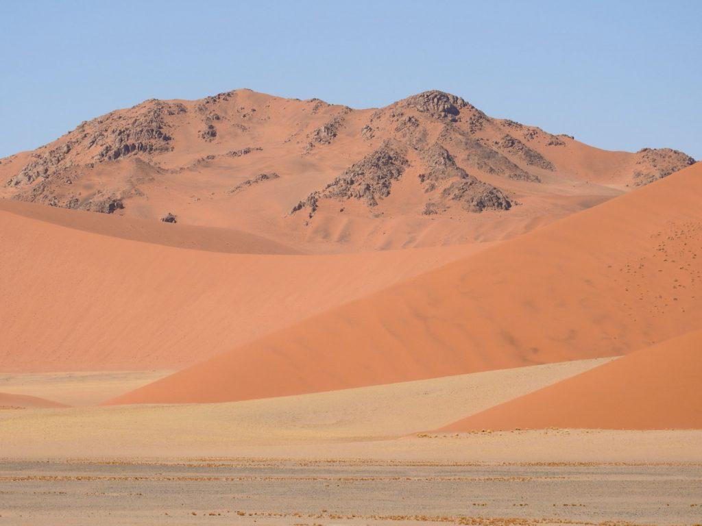ナミブ砂漠は砂丘だけでなく、少しの岩山もあります。黒っぽい岩、赤い砂、白い砂のコントラストがみごとです。8000万年前にできた世界最古の砂漠で世界遺産に登録されています。