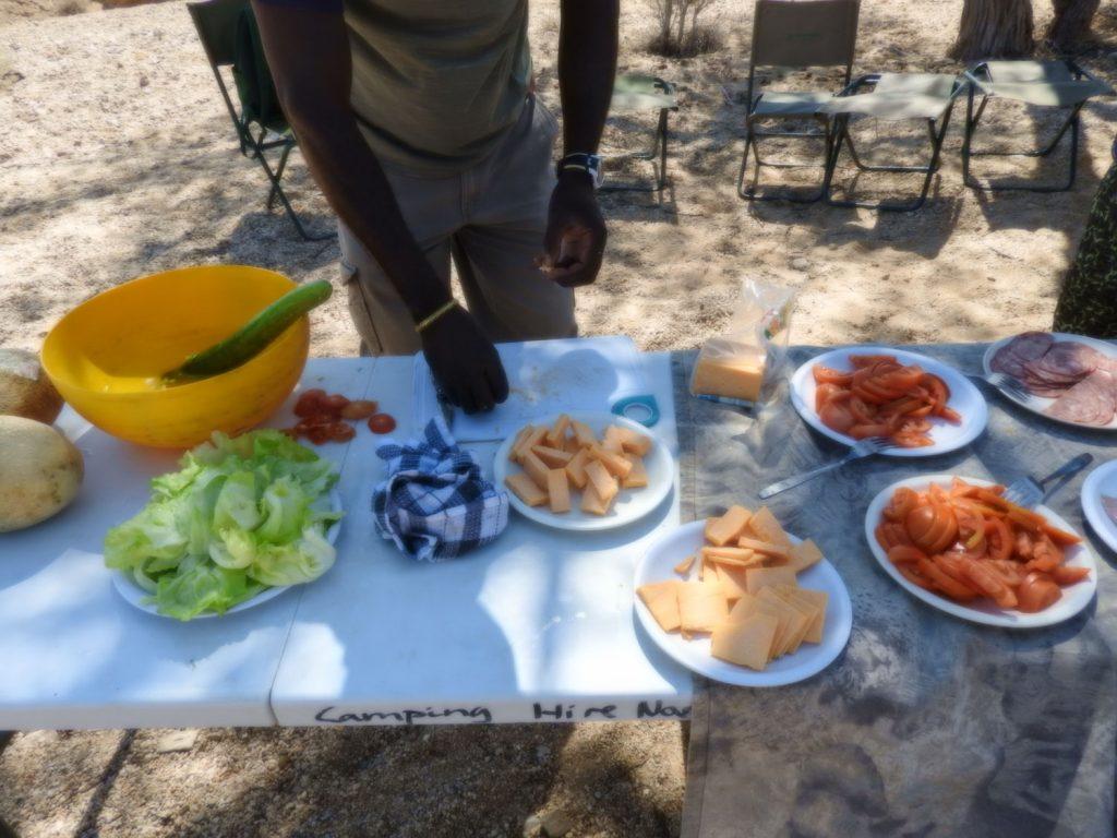 ランチは道端でテーブルとイスをセットしてサンドイッチを作って食べます。乾燥しているので水分の補給も大事です。
