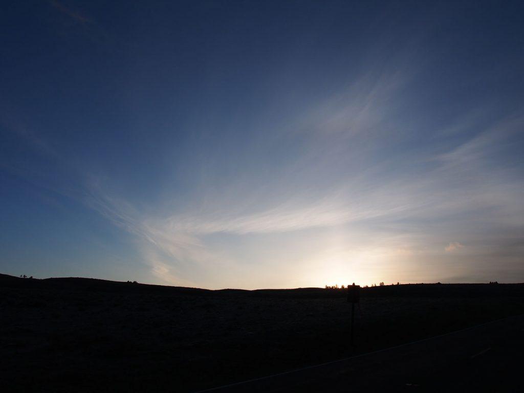 動物探しはイエローストーン北部で早朝から始まります。毎朝広大な大地からの朝日に癒されます。