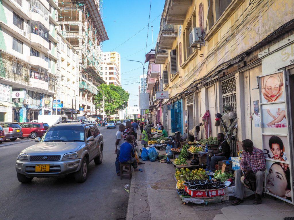 まずは港町ダル・エス・サラームに到着。タンザニアの最大の商業都市でもあります。
