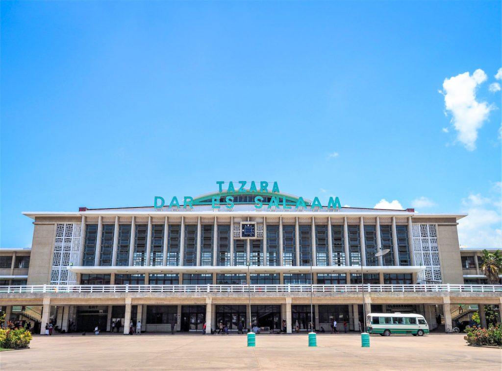 『TAZARA鉄道』の始発駅、ダル・エス・サラーム駅舎に到着しました。約40年前に建てられた立派な駅舎です。