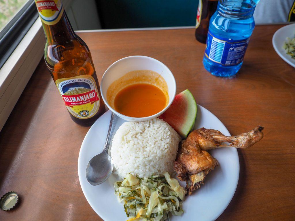 お昼ご飯です。メニューは、ビーフ、チキン、フィッシュの3種類から選びます。
