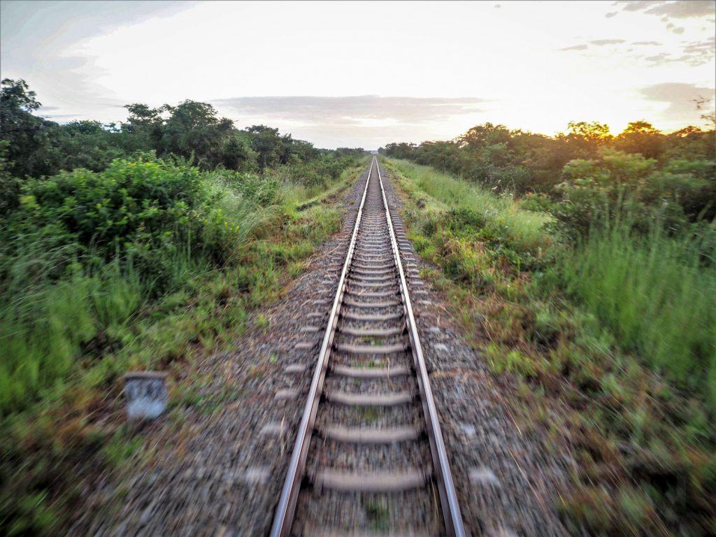 『TAZARA鉄道』は駅以外は単線です。ひたすら一本の線路がどこまでも続きます。