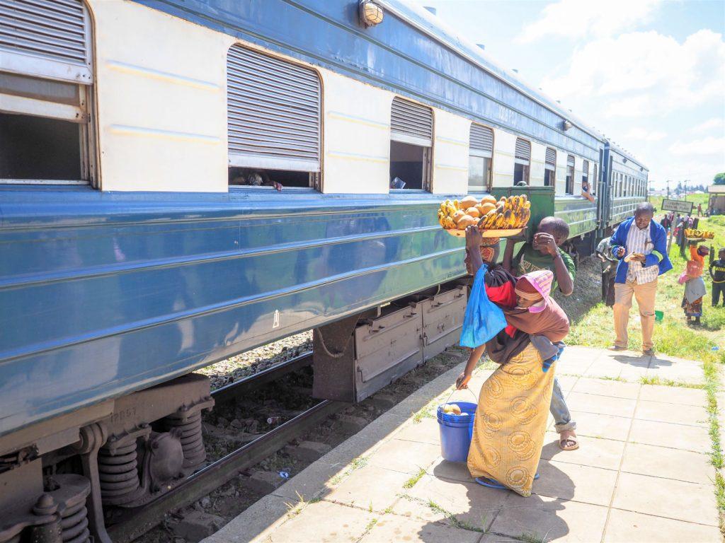 列車に近づいて、直接果物などを売りに来る人もいます。