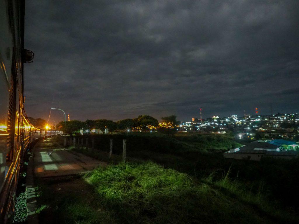 夜中にタンザニアからザンビアへと入国。手続きは列車内で行います。