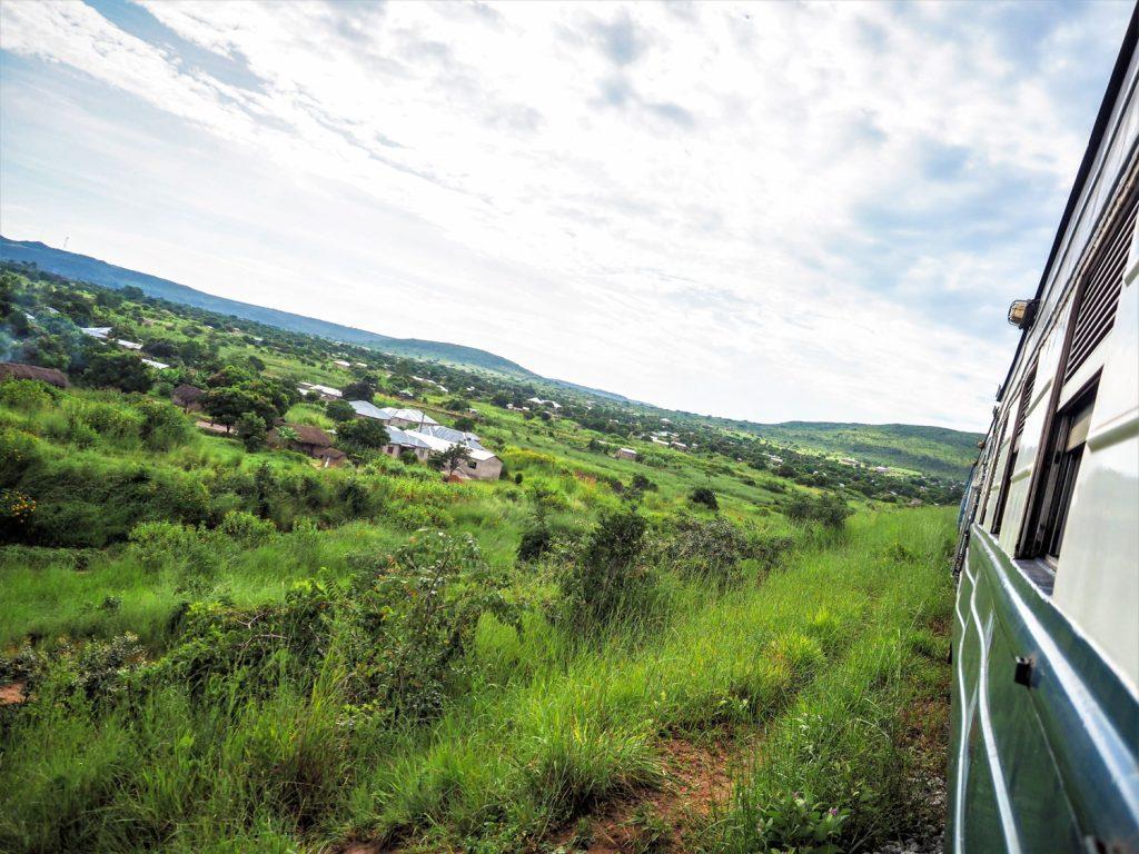 ザンビアに入り、のどかな村の合間などを走ります。