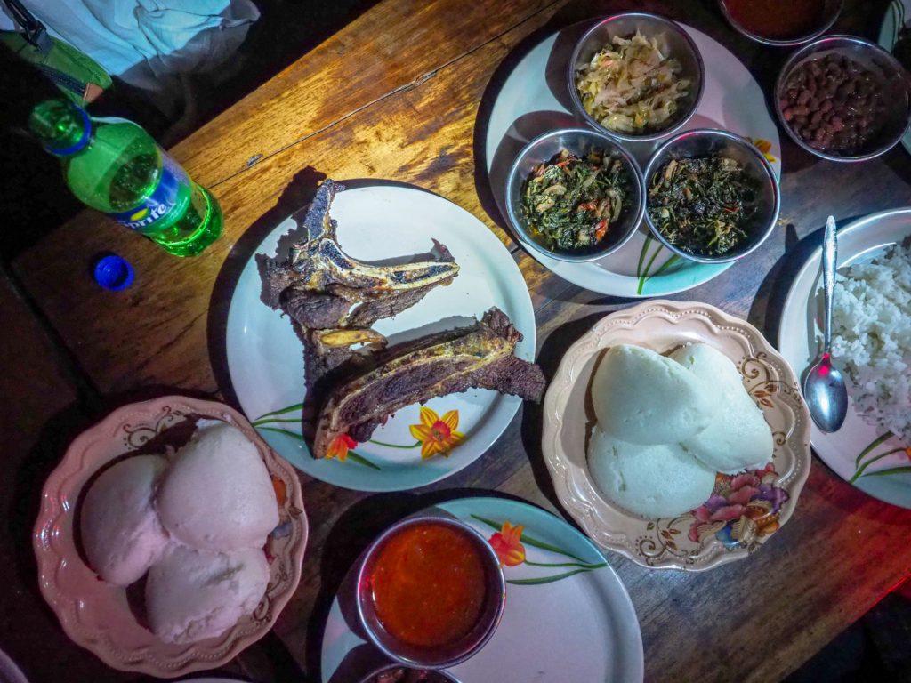 せっかくなので夕食はザンビア・ローカル料理。主食のンシマにブライ(焼肉)、付け合わせはチヴァヴァ (かぼちゃの葉っぱ煮込み)とカレンブラ(サツマイモの葉っぱ煮込み)です。