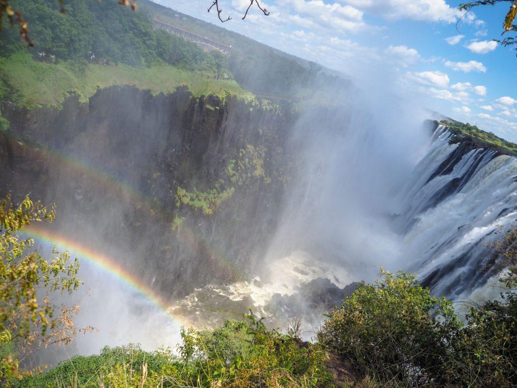 ジンバブエ側と違って、ザンビア側では、滝のギリギリ際まで近づく事が出来るのでより迫力があります。