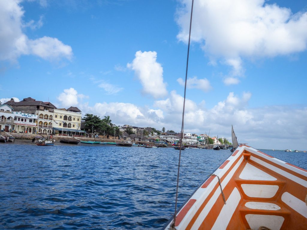 ラム島での主な足は船。船を走らせ、旧市街へと向かいます。