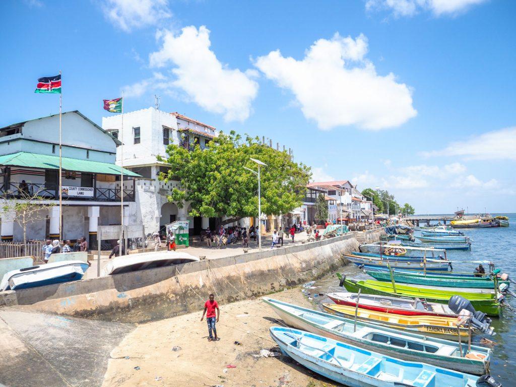 ラム旧市街のメインポート。多くのボートがタクシーのように並んでいます。
