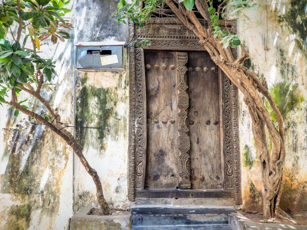 家々の扉は美しいレリーフが彫り込まれたスワヒリ建築。時代に合わせて様々なスタイルがあります。