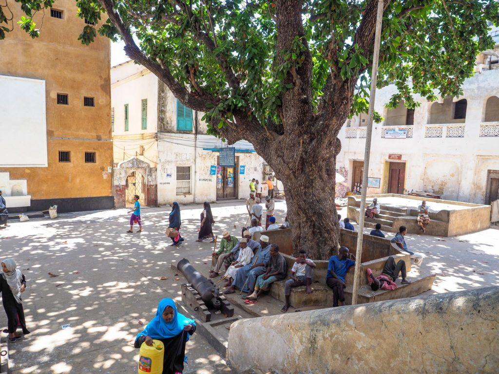 旧市街の中心にある憩いの広場。イスラムの島でもあるラムは、どこからともなくコーランが聞こえてきます。