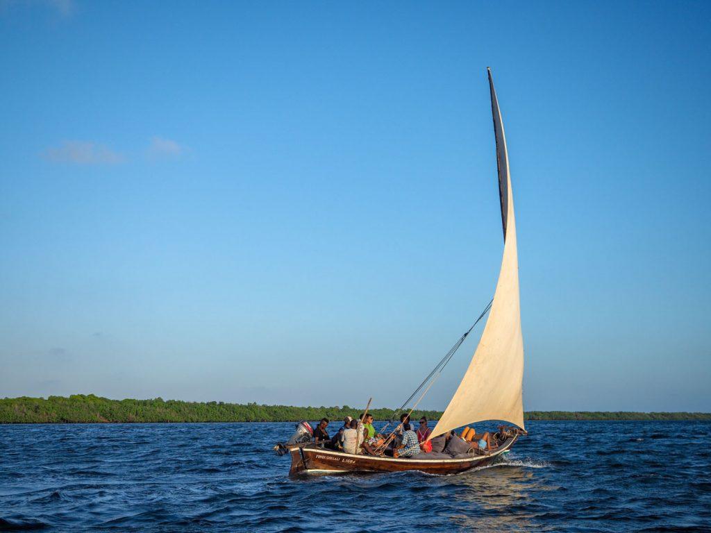 三角帆はマストを巻き込むように帆を張り、風の向きに合わせて左右に向きを人力で切り返します。シンプルな造りですが、計算され尽くした構造をしています。
