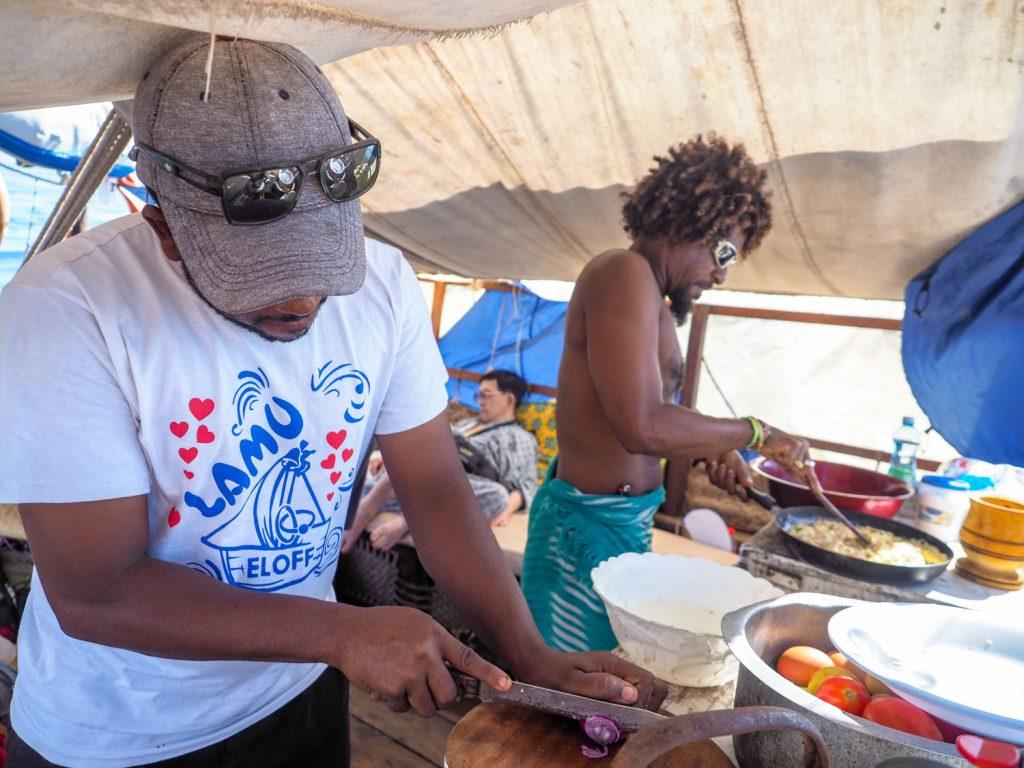 料理は航海の楽しみの一つ。協力して一生懸命作ります。