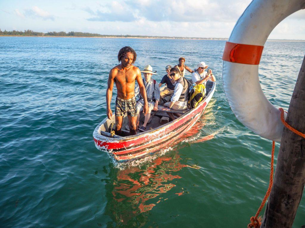 場所によっては沖合に停泊したダウ船まで、小型ボートを使ってのウェットランディング。
