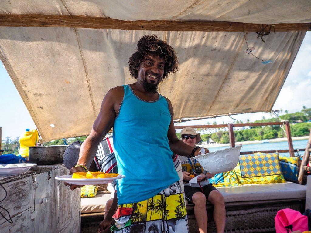 ダウ船に乗船後は早速朝ごはん。新鮮なマンゴーはほぼ食べ放題です。