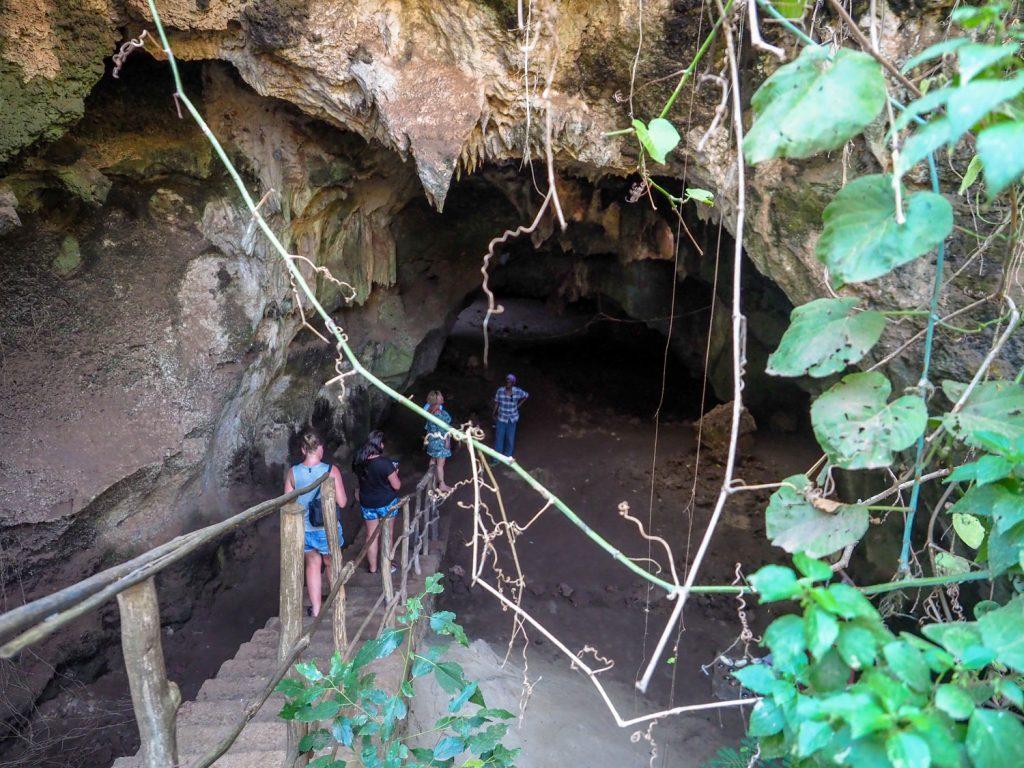 奴隷の集積場所だったシモニ洞窟。内部は蝙蝠の巣となっており、非常に劣悪な衛生環境。胸の詰まる場所でした。