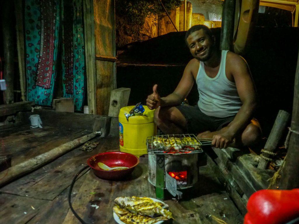 翌日からは大きく海を横切り、タンザニアの島嶼へと向かいます。ケニアの出国手続きも終え、夕食はもはや部屋のように慣れ親しんだダウ船内にて、魚介類の炭火焼き。
