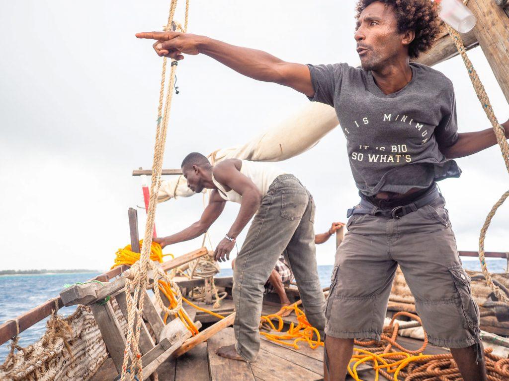 いつの間にやら雨風まで激しくなってきました。もう避けられないと判断し、錨を海に沈めてやり過ごします。