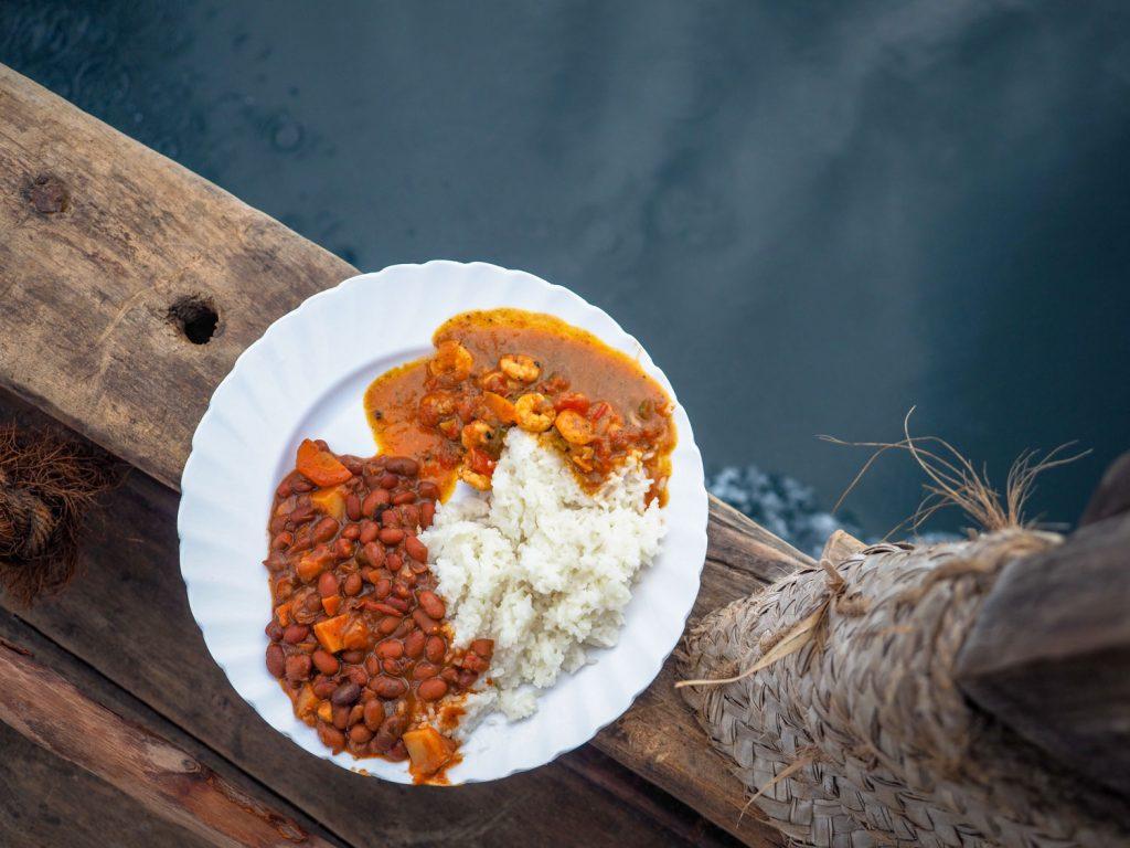 エビと豆のスワヒリ風カレー。船の上だろうと料理の味付けにうるさい男たち。