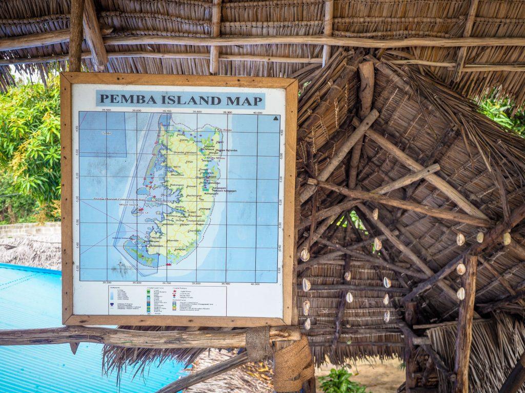 ペンバ島の地図。島の周囲に点在する小さな無人島の数々も興味深いです。