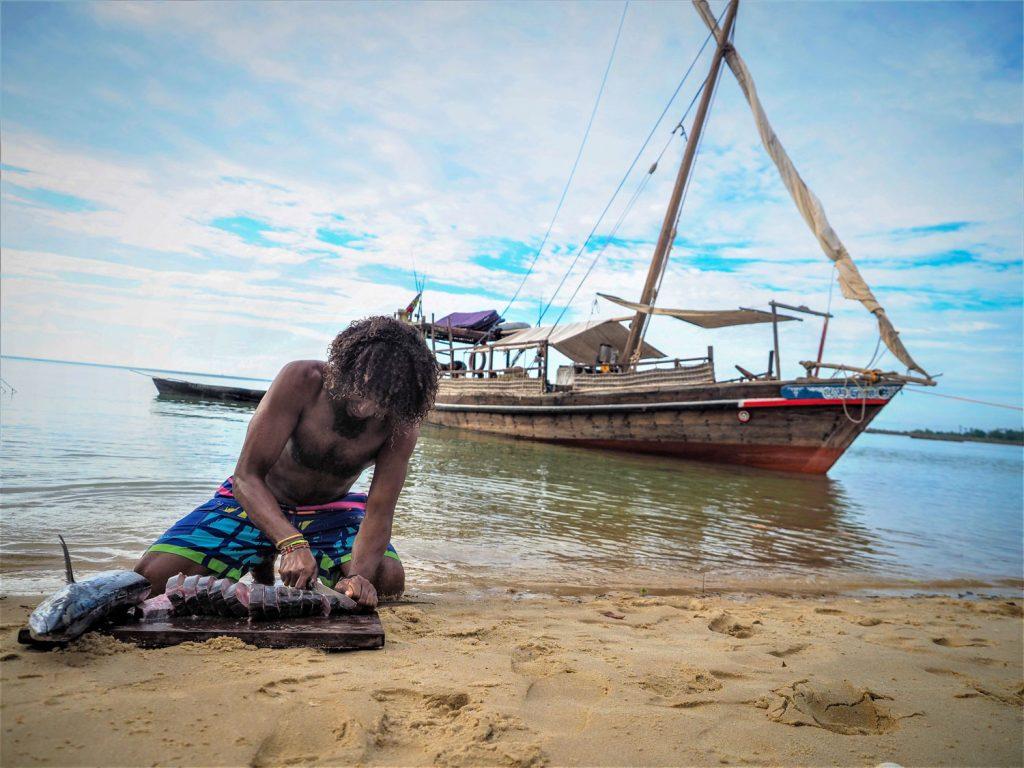 ご参加者が休んでいる間に、さっき釣り上げたばかりの獲物をせっせと料理です。