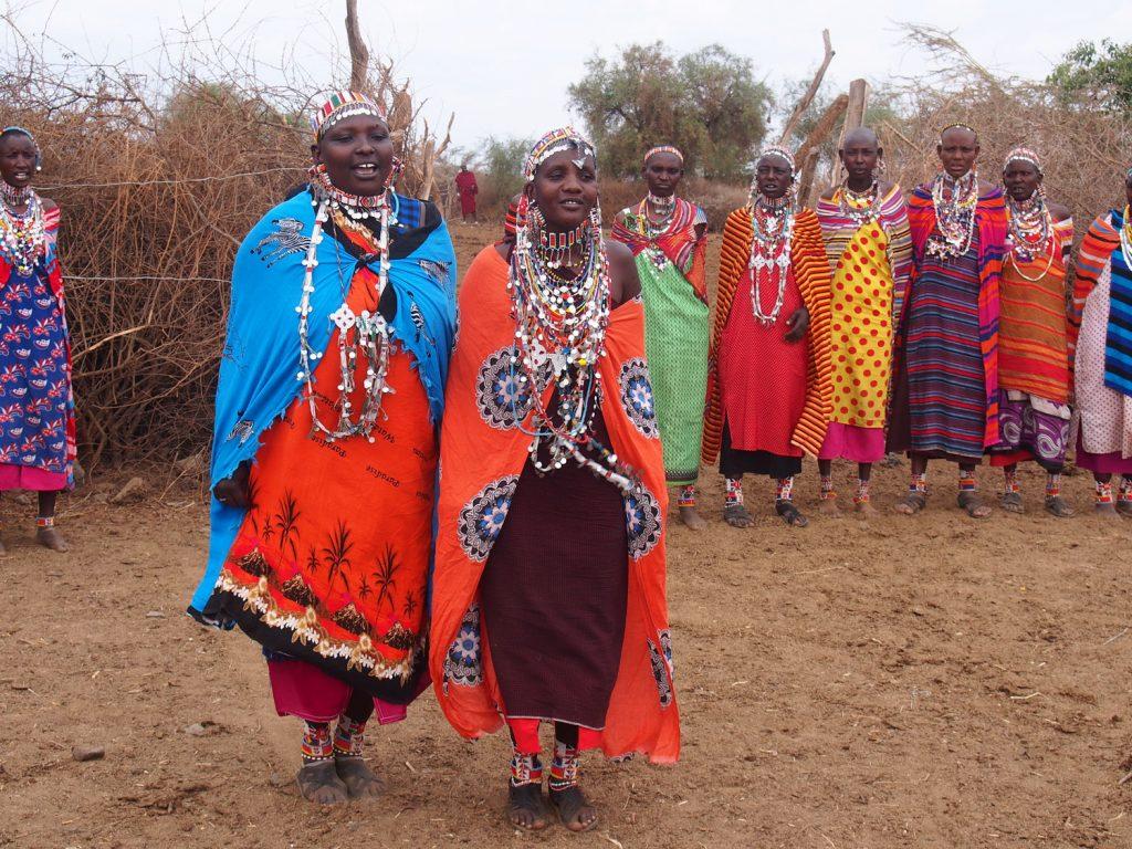 女性もダンスで歓迎してくれます。