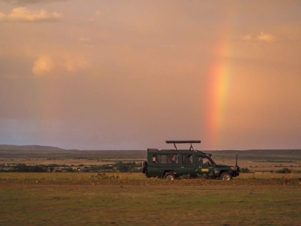長い1日の終わり。空から1筋の虹。