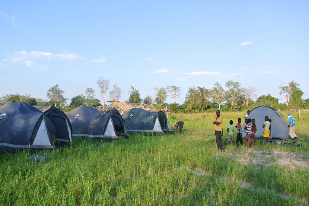 村の広場やサッカー場にテントを張らせていただきます