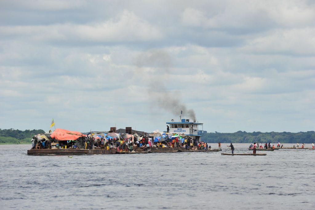 村に平底船が近づくとピローグが集まりだします