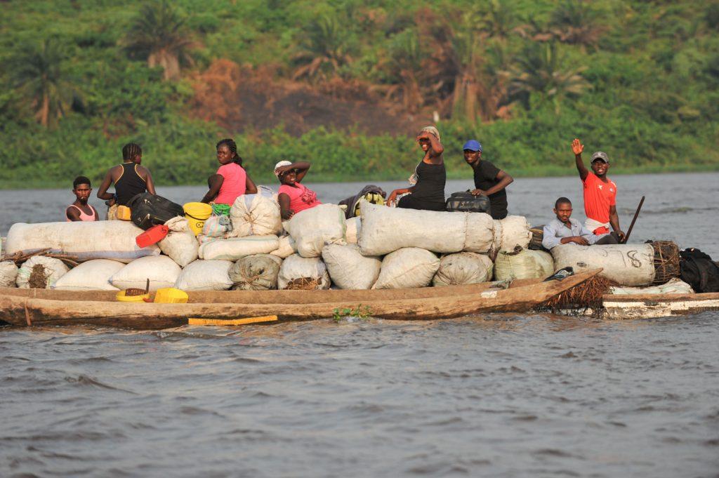 炭を運ぶ舟