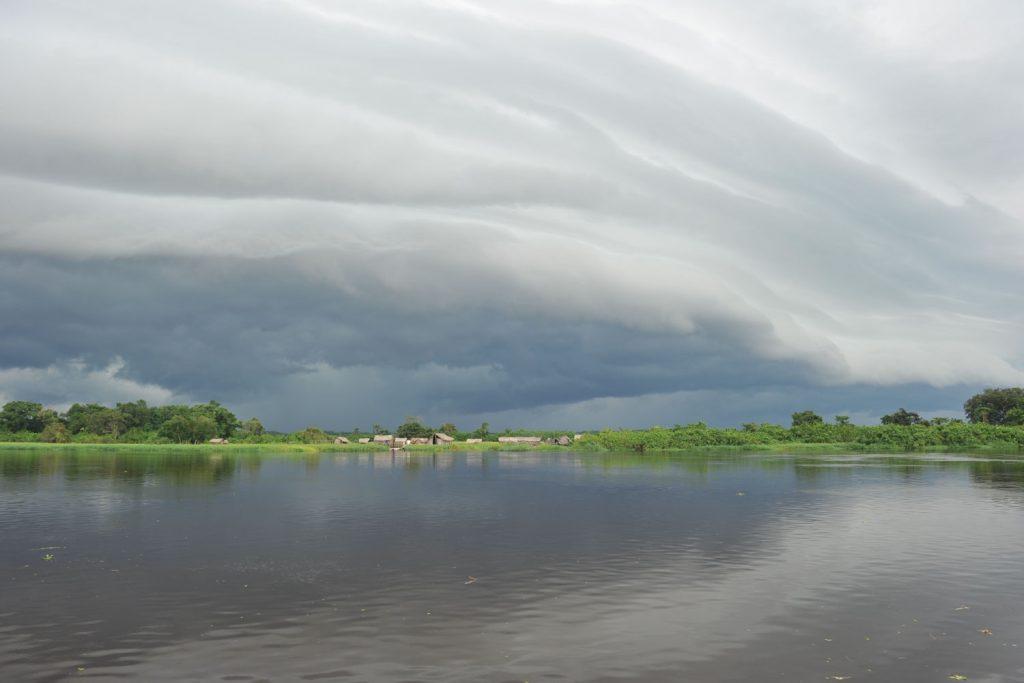 怪しい雲は嵐がやってくる兆候、すぐさま避難が無難。