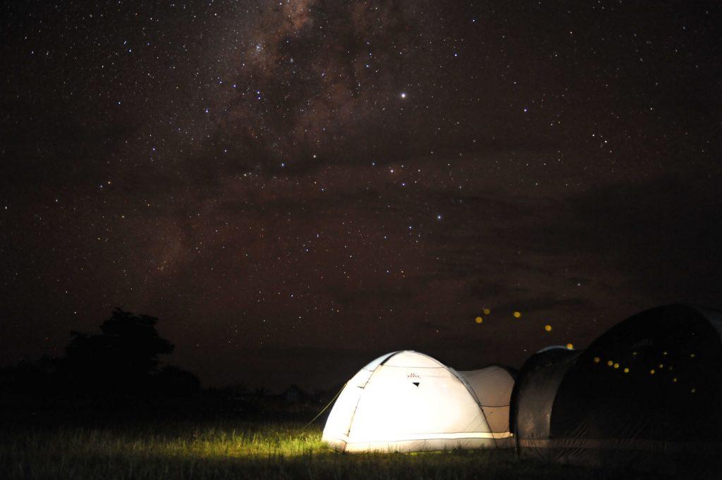 コンゴ川でも晴れれば意外ときれいな星空がみらえます。蛍もちらほら
