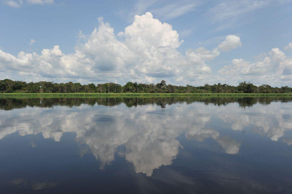 空を映し出す鏡のように輝くコンゴ川