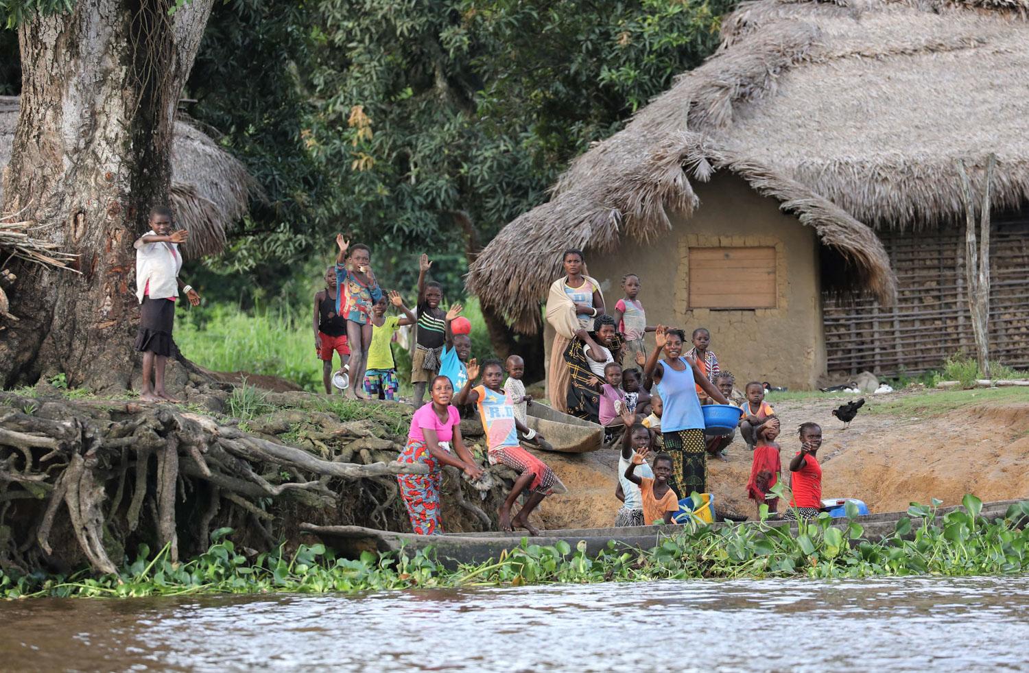 川沿いの小さな集落は友好的。